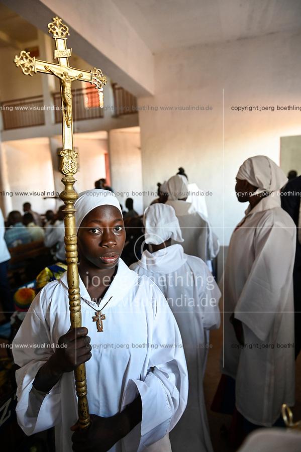 "MALI, Bamako, catholic church, holy mass / katholische Kirche, Sonntagsmesse zum ""Tag des geweihten Lebens"" Kirche in Kalaban-Coro, Messdienerin mit Kruzifix"