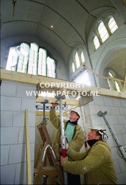 Arnhem,210200  foto:Koos Groenewold (APA)<br />Werkzaamheden in Onze Lieve vrouwen kerk in Arnhem.