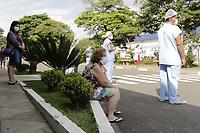 Campinas (SP), 24/03/2021 - Covid - Funcionarios e medicos do Hospital  da PUC, realizam oracao em frente ao Pronto Socorro. A cidade confirmou a morte de mais 14 moradores por Covid-19 nesta quarta-feira (24), o que eleva para 2.198 o total de vidas perdidas desde o inicio da pandemia. Ha, ainda, o registro de mais 593 casos confirmados da doenca, o que eleva a soma para 78.439. (Foto: Denny Cesare/Codigo 19/Codigo 19)