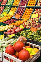 Berlino, fruttivendolo. Cassette di frutta e verdura e zucche in primo piano --- Berlin, greengrocer. Boxes of fruit and vegetables and pumpkins in the foreground
