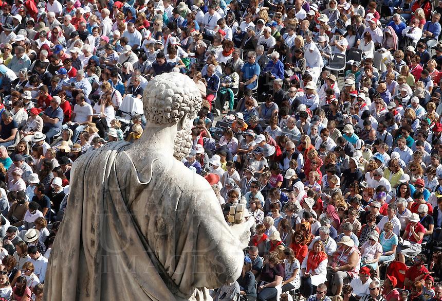 Fedeli in Piazza San Pietro durante la messa giubilare per i catechisti celebrata da Papa Francesco, Citta' del Vaticano, 25 settembre 2016.<br /> Faithful during a Jubilee Mass for catechists in Saint Peter's Square at the Vatican on September 25, 2016.<br /> <br /> UPDATE IMAGES PRESS/Isabella Bonotto<br /> <br /> STRICTLY ONLY FOR EDITORIAL USE