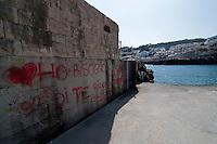 Castro Marina - Salento - Puglia - Porto di Castro Marina. Scritte sui muri in cemento della banchina.