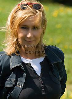 Deutschland: junge Frau laechelt in die Kamera - Model released | Germany: young woman smiling, looking into camera - Model released