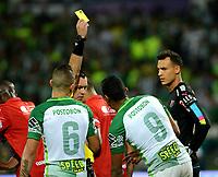 MEDELLÍN - COLOMBIA - 18-03-2017: Wilson Lamoroux, arbitro, muestra tarjeta amarilla a Luis C Ruiz (2 Der.), jugador de  Atletico Nacional, durante partido de la fecha 10 entre Atletico Nacional y Deportivo Independiente Medellin, por la fecha 10 por la Liga Águila I 2017, jugado en el estadio Atanasio Girardot de la ciudad de Medellín. / Wilson Lamoroux, referee, shows yellow card to Luis C Ruiz (2 L) player of Atletico Nacional, during a match of the date 10 between Atletico Nacional and Deportivo Independiente Medellin for the Aguila League I 2017, played at Atanasio Girardot stadium in Medellin city. Photo: VizzorImage / León Monsalve / Cont.