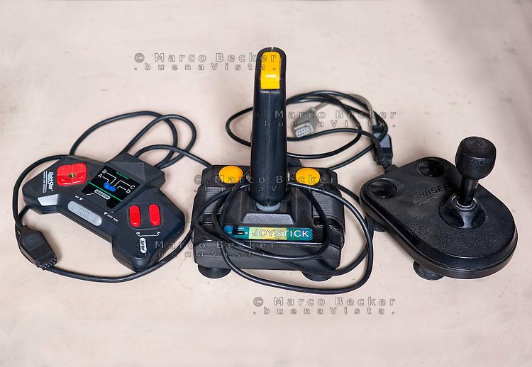 Vecchi joystick anni 80 / 90 per computer Commodore Amiga --- Old joysticks from the 80's / 90's for Commodore Amiga computers