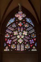 """Die Katharinenkirche in Oppenheim.<br /> Die Kirche gilt als eine der bedeutendsten gotischen Kirchen am Rhein zwischen Strassburg und Koeln. Ihre Errichtung erfolgte in Abschnitten im 13., 14. und 15. Jahrhundert.<br /> Die Kirche ist unteranderem fuer ihre Bleiglassfenster beruehmt, von denen viele noch im Original erhalten sind; so auch Fenster der """"Oppenheimer Rose"""".<br /> Bei Renovierungsarbeiten im Jahr 1959 wurde an der Suedseite der Fassade ein Portrait des damaligen Bundespraesidenten Theodor Heuss angebracht.<br /> Im Bild: Die sog. Oppenheimer Lilie.<br /> 3.9.2021, Oppenheim<br /> Copyright: Christian-Ditsch.de"""