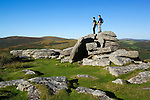 Great Britain, England, Devon, Dartmoor National Park, Combestone Tor with hikers | Grossbritannien, England, Devon, Dartmoor National Park, Wanderer am Combestone Tor