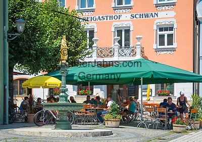 Deutschland, Bayern, Niederbayern, Naturpark Altmuehltal, Riedenburg: Brauereigasthof Schwan neben dem Alten Rathaus in der Altstadt   Germany, Lower Bavaria, Natur Park Altmuehl Valley, Riedenburg: Brewery inn Swan in old town
