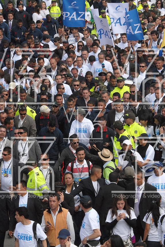 """BOGOTA-COLOMBIA: 09-04-2013: Miles de Colombianos encabezados por el Presidente Juan Manuel Santos, marcharon por la Paz en las calles de Bogotá, abril 9 de 2013. El presidente Santos desmintió que las Fuerzas Armadas Revolucionarias de Colombia (FARC), estén infiltradas presionando a los campesinos para marchar, """"Yo no veo guerrillas alrededor mío"""", agrego el mandatario. La jornada comenzó pasadas las ocho de la mañana en el monumento de los Caídos, en el occidente de Bogotá y se dirigió a la Plaza de Bolivar en el centro de la capital colombiana. (Fotos: VizzorImage / Luis Ramírez / Staff.) Thousands of Colombians headed by President Juan Manuel Santos, marched for peace on the streets of Bogota, April 9, 2013. President Santos denied that the Revolutionary Armed Forces of Colombia (FARC) are infiltrated pressuring farmers to march, """"I do not see guerrillas around me,"""" Santos said. The marches began just after eight o'clock in the Memorial Monument in western Bogota and went to the Plaza de Bolivar in downtown Bogota. (Photos: VizzorImage / Luis Ramirez / Staff.)"""