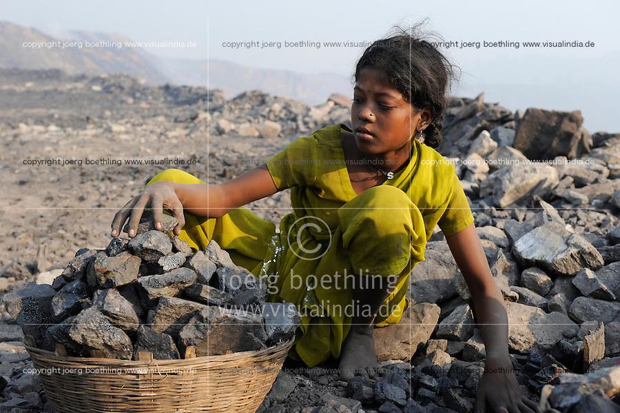 INDIEN Jharia Kinder sammeln Kohle am Rande eines offenen Kohletagebaus der BCCL Ltd zum Verkauf als Koks auf dem Markt | .INDIA Jharkhand Jharia, families and children collect coal from coalfield of BCCL Ltd. to sell after coking on the market for their  livelihood, girl Suman 11 years