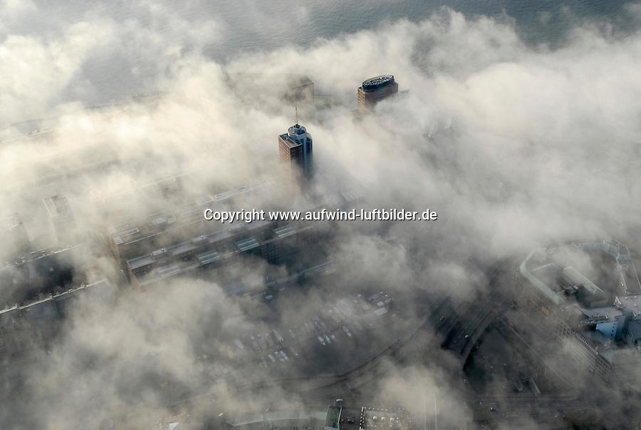 4415/Elbnebel : EUROPA, DEUTSCHLAND, HAMBURG 25.12.2005: Die Elbe erzeugt  Nebel. Kalte Luft aus Norden stroehmt über die Elbe im Hamburger Hafen. Das Elbwasser hat noch eine hoehere Temperatur als die heranstroehmende Luft. Nebelschwaden ziehen aus dem Hafen, Speicherstadt und Hafencity (Mitte) in das Stadtgebiet. HTC Hanseatic Trade Center, Luftbild, Luftansicht