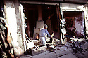 Irak 1971 Un forgeron dans le souk d'Erbil<br />