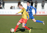 FC Knokke - OMS Ingelmunster : Jonas Vandermarliere (links) aan de bal voor Kyliaan Butsraen (r)<br /> Foto VDB / Bart Vandenbroucke