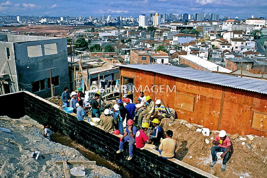 Construção de centro comunitário em  mutirão. Heliópolis. São Paulo. 1993. Foto de Juca Martins..