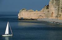 Europe/France/Normandie/Haute-Normandie/76/Seine-Maritime/Etretat: Falaises: porte d'aval et aiguille et voilier
