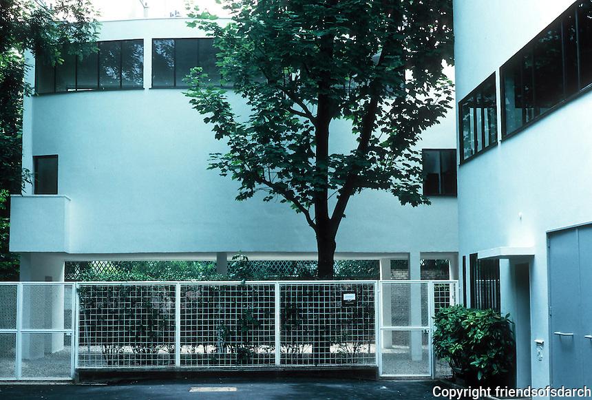 Le Corbusier: Maisons La Roche et Jeanneret, Paris 1922-24. Now a museum--curved 2-story gallery. Photo '90.
