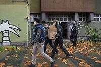 """Am 17. November durchsuchte die Polizei mit einem Grossaufgebot von ueber 1.600 Einsatzkraeften aus mehreren Bundeslaendern mehrere Wohnungen in Berlin wegen des Verdachts auf Beteiligung an dem Einbruch in das Dresdner """"Gruene Gewoelbe"""" im November 2019, bei dem Juwelen im Wert von mehreren Millionen Euro gestohlen wurden. Drei Personen wurden festgenommen, nach vier Personen wird gefahndet.<br /> Im Bild: Polizeieinsatz in der Gitschiner Strasse 35 in Berlin-Kreuzberg. Eine Polizistin aus Sachsen traegt einen Karton mit beschlagnahmten Gegenstaenden.<br /> 17.11.2020, Berlin<br /> Copyright: Christian-Ditsch.de"""