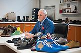 """In Suhareka, einer<br /> Stadt im Südkosovo, steht die Schuhfabrik<br /> Solid, gegründet 1995 und eine der<br /> erfolgreichsten Firmen des Landes. Das<br /> Familienunternehmen mit 270 Mitarbeitern<br /> stellt täglich 1200 Paar Lederschuhe<br /> her, vor allem für den einheimischen<br /> Markt. Ein wachsender Anteil wird aber<br /> auch exportiert. Nach Albanien, Mazedonien,<br /> Italien oder Deutschland. Der Direktor,<br /> Shefqet Kuci, 54, ist 1,90 Meter<br /> groß und trägt einen blauen Arbeitskittel<br /> über dem karierten Hemd. """"Derzeit<br /> lassen wir eine zweite Produktionshalle<br /> errichten"""", sagt Kuci. Künftig wollen sie<br /> das Leder hier selbst gerben und die Produktion<br /> auf 2000 Paar Schuh / Shefqet Kuci general director of Shoe Factory """"Solid"""" near the town of Suhareka"""