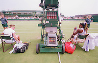 Yvette Basting en Serena Williams tijdens een rust tussen de wisseling van speelhelft, Basting werd weggespeeld door Williams 6-1/6-0