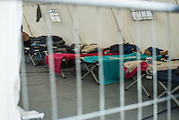 Erstaufnahmelager fuer Fluechtlinge in Dresden.<br /> In einem Industriegebiet im Stadtteil Dresden-Friedrichstadt wurde ein Zeltlager fuer 600 bis 700 Menschen errichtet. Bis zu 40 Personen leben auf engstem Raum in einem Zelt.<br /> 31.8.2015, Dresden/Sachsen<br /> Copyright: Christian-Ditsch.de<br /> [Inhaltsveraendernde Manipulation des Fotos nur nach ausdruecklicher Genehmigung des Fotografen. Vereinbarungen ueber Abtretung von Persoenlichkeitsrechten/Model Release der abgebildeten Person/Personen liegen nicht vor. NO MODEL RELEASE! Nur fuer Redaktionelle Zwecke. Don't publish without copyright Christian-Ditsch.de, Veroeffentlichung nur mit Fotografennennung, sowie gegen Honorar, MwSt. und Beleg. Konto: I N G - D i B a, IBAN DE58500105175400192269, BIC INGDDEFFXXX, Kontakt: post@christian-ditsch.de<br /> Bei der Bearbeitung der Dateiinformationen darf die Urheberkennzeichnung in den EXIF- und  IPTC-Daten nicht entfernt werden, diese sind in digitalen Medien nach §95c UrhG rechtlich geschuetzt. Der Urhebervermerk wird gemaess §13 UrhG verlangt.]