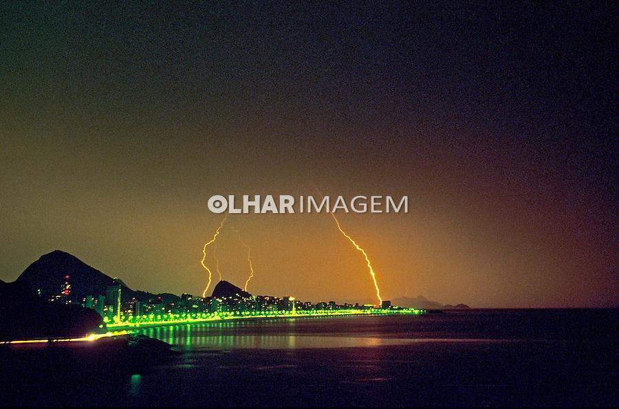Tempestade com raios em Ipanema. Rio de Janeiro. 1990. Foto de Ricardo Azoury.