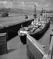 Die Schleuse Esclusa Miraflores am Panamakanal, Panama 1970er Jahre. Esclusa Miraflores watergate at Panama Canal, Panama 1970s.