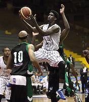 BOGOTA -COLOMBIA, 27-MARZO-2015.  Louis Arnold  jugador de Piratas de Bogota en   accion contra Aguilas de Tunja  durante partido de la onceava fecha de la Liga DIRECTV 2015-1 de baloncesto  jugado en el coliseo el Salitre . Aguilas de Tunja gano 103 a 88 a Piratas de Bogota  . /   Louis Arnold   of Piratas de Bogota  in action against   of Aguilas of  Tunja  during  game of  the eleventh round of the liga  DIRECTV 2015-1 of Basketball  played at the Coliseum Salitre . Aguilas de Tunja won to Piratas de Bogota 103 to 88 Photo / VizzorImage / Felipe Caicedo  / Staff
