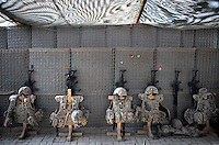 Afghanistan, 20.10.2011, Kundus. Splitterschutzwesten und Sturmgewehre stehen im PRT Kundus bereit. Assault Rifles and Flak Fackets stored ready to use. Seen in the PRT Kunduz. © Timo Vogt/Est&Ost, NO MODEL RELEASE !!