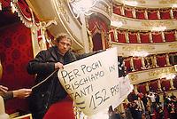 - Milano, teatro alla Scala, assemblea sindacale e spettacolo organizzati dai lavoratori in sciopero....- Milan, alla Scala theater,  labor union meeting and show organized by the workers on strike....