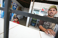 Sasabe Confine Arizona Messico bambino guarda il padre in un negozio di birra<br />