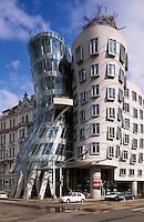 Tschechien, Prag, tanzendes Haus =Tancici-Dum von Frank O. Gehry und V. Milunic.