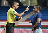CALI - COLOMBIA, 04-04-2021: Carlos Ortega, árbitro, llama la atención a Alexis Garcia técnico de  Equidad durante partido por la fecha 17 como parte de la Liga BetPlay DIMAYOR I 2021 entre América de Cali y La Equidad jugado en el estadio Pascual Guerrero de la ciudad de Cali. / Carlos Ortega, referee, calls the attention of Alexis Garcia Equidad coach during the match between America de Cali and La Equidad for the date 17 as part of Liga BetPlay DIMAYOR I 2021 played at Pascual Guerrero stadium in Cali city. Photo: VizzorImage / Gabriel Aponte / Staff