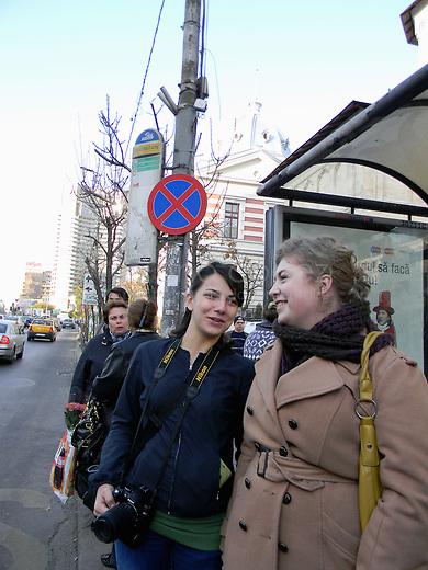 ROUMANIE, Bucarest, Piata Universitatii, 8.11.2011.  Gens du transport publique. Deux filles bavardent a l'arrete de l'Hopital Coltea. © Ioana Constantina/ Florian Iancu