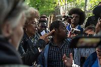 Die US-Menschenrechtlerin  Angela Davis (links im Bild) traf sich am Freitag den 15. Mai 2015 in Berlin mit Fluechtlingen. Unter ihnen viele, die in der Kreuzberger Schule in der Ohlauer Strasse wohnen und von der gruenen Regierung des Stadtteils die Schule verlassen sollen. Die Fluechtlinge schilderten ihr, wie ihre Situation in Deutschland und in Berlin ist, und wie sie von den deutschen Behoerden behandelt werden.<br /> Im Anschluss an das Gespraech gingen die Fluechtlinge mit ihr zum Schulgebaeude, ein Eintritt wurde ihr aber schon am Vortag vom Verantworlichen im Bezirksamt verwehrt.<br /> Im Bild: Angela Davis und die Fluechtlinge vor der Schule in der Ohlauer Strasse.<br /> 15.5.2015, Berlin<br /> Copyright: Christian-Ditsch.de<br /> [Inhaltsveraendernde Manipulation des Fotos nur nach ausdruecklicher Genehmigung des Fotografen. Vereinbarungen ueber Abtretung von Persoenlichkeitsrechten/Model Release der abgebildeten Person/Personen liegen nicht vor. NO MODEL RELEASE! Nur fuer Redaktionelle Zwecke. Don't publish without copyright Christian-Ditsch.de, Veroeffentlichung nur mit Fotografennennung, sowie gegen Honorar, MwSt. und Beleg. Konto: I N G - D i B a, IBAN DE58500105175400192269, BIC INGDDEFFXXX, Kontakt: post@christian-ditsch.de<br /> Bei der Bearbeitung der Dateiinformationen darf die Urheberkennzeichnung in den EXIF- und  IPTC-Daten nicht entfernt werden, diese sind in digitalen Medien nach §95c UrhG rechtlich geschuetzt. Der Urhebervermerk wird gemaess §13 UrhG verlangt.]