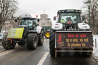 """Mehrere hundert Bauern, hautsaechlich aus Niedersachsen und Schleswig-Holstein, demonstrierten seit dem 26. Januar 2021 in Berlin mit ihren Traktoren gegen die Agrar-Politik der Bundesregierung. Sie fordern 80 Prozent deutsche Landwirtschaftsprodukte in den Lebensmittelgeschaeften und dass dort nur auslaendische Lebensmittel zugelassen werden, welche nach deutschen Produktionsstandards erzeugt wurden.<br /> An einigen der Traktoren war das Symbol der norddeutschen sog. """"Landvolkbewegung"""" (schwarze Fahne mit einem stilisierten Pflug und einem roten Schwert) von 1929 angebracht (rechts auf dem Transparent). Mitglieder der national-voelkischen und antisemitischen """"Landvolkbewegung"""" veruebten Anschlaege auf anders gesinnte Bauern, auf Landrats- und Finanzaemter sowie Privathaeuser von Regierungsbeamten. Seit dem Ende des Nationalsozialismus 1945 nutzen Alt- und Neonazis den Namen und das Symbol.<br /> Aufgerufen zu der Demonstration hatte die Organisation """"Land schafft Verbindung"""".<br /> 26.1.2021, Berlin<br /> Copyright: Christian-Ditsch.de"""