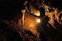 O garimpeiro Fernando Albuquerque da Silva, de 28 anos, se arrisca em profundidades de 300 mts a procura de ouro.<br /> O garimpo, cerca de 80 km de Altamira é um dos muitos que usam mercúrio para extração do metal