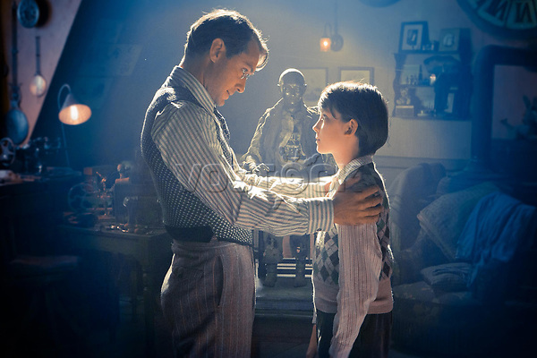 FILMBILD / T: Hugo Cabret / Hugo D: Jude Law, Asa Butterfield R: Martin Scorsese P: USA J: 2011 DA: * Bildrechte: Paramount Originaldateiname: 602742 Filmstill // HANDOUT / EDITORIAL USE ONLY! / Please note: Fees charged by the agency are for the agency??s services only, and do not, nor are they intended to, convey to the user any ownership of Copyright or License in the material. The agency does not claim any ownership including but not limited to Copyright or License in the attached material. By publishing this material you expressly agree to indemnify and to hold the agency and its directors, shareholders and employees harmless from any loss, claims, damages, demands, expenses (including legal fees), or any causes of action or allegation against the agency arising out of or connected in any way with publication of the material.