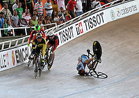 CALI - COLOMBIA - 17-01-2015: Sergiy Omelchenko (Der.) de Azerbayan, sufrió caída en la prueba del Keirin en el Velodromo Alcides Nieto Patiño, sede de la III Copa Mundo UCI de Pista de Cali 2014-2015  / Sergiy Omelchenko (R) of Azerbaijan, falls into the race of Keirin in the Alcides Nieto Patiño Velodrome, home of the III Cali Track World Cup 2014-2015 UCI. Photos: VizzorImage / Luis Ramirez / Staff.