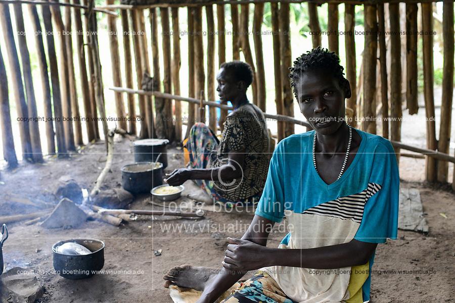 ETHIOPIA, Gambela, Anuak tribe, woman cooking in kitchen, she fled from the civil war in South Sudan / AETHIOPIEN, Gambela, Dorf GOG DIPACH der Ethnie ANUAK, Frau Achala Gora (Name geaendert) ist vor dem Buergerkrieg aus dem Suedsudan mit ihren Kindern geflohen und fand Aufnahme im Dorf mit Hilfe von Verwandten und Nachbarn, kocht in ihrer Kueche