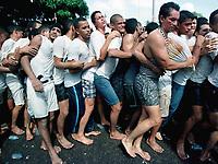 Promesseiros levam a corda, com cerca de 800 mts, que fica atrelada a berlinda durante a procissão do Círio de Nossa Senhora de Nazaré. Com cerca de 1.500.000 de pessoas, é considerada uma das maiores procissões religiosas do planeta.<br />Belém-Pará-Brasil<br />©Foto:Lília Tandaya/Interfoto<br />08/10/00