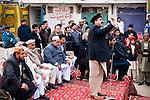 Un candidat du PPP aux élections législatives harangue la foule lors d'un meeting de campagne en plein air, dans une banlieue populaire de Rawalpindi le 4 janvier.