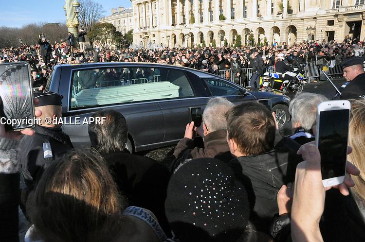 Ambaince pendant les funerailles de JOhnny HALLYDAY<br /> 9/12/2017<br /> passage du cerceuil<br /> Hommage populaire-fans<br /> passage du cerceuil<br /> Paris<br /> ©  STROMME/ DALLE