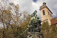 Europe/France/Midi-Pyrénées/46/Lot/Figeac: le monument aux morts de la guerre de 1870 - oeuvre d'Auguste Seysse - sur la  Place de la Raison avec la représentation d'un soldat sénégalais- en fond l'église St-Sauveur