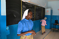 NIGER, Maradi, catholic church, social projects, school Zaria SJC, order sister teaches french language / soziale Projekte der katholischen Kirche, Zaria SJC Schule