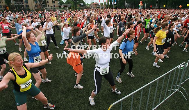nijmegen 210506 Meer dqan 7000 vrouwen deden mee aan de Marikenloopover 5 en 10 km.Alles was massaal, ook de gezamenlijke warming up.<br />Foto frans Ypma APA-foto