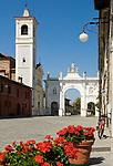 Italien, Piemont, Cherasco: Via Vittorio Emanuele II mit Arco di Belvedere und Sant Agostino Kirche   Italy, Piedmont, Cherasco: Via Vittorio Emanuele II with Arco di Belvedere and Sant Agostino church