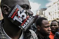 Manifestazione per il clima Manifestazione di solidarietà sans papier insieme alla manifestazione per il clima. primo piano di ragazzo di colore con manifesto marcia del 16 marzo
