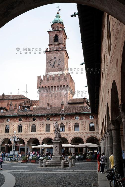 Vigevano (Pavia), piazza Ducale. Il Castello Sforzesco e la Torre del Bramante --- Vigevano (Pavia), Ducale square. The Sforza castle and the tower of Bramante