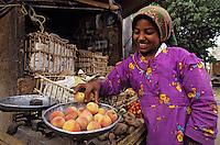 Afrique/Egypte/Env de Louxor/Ancienne Thèbes: Portrait de femme - Petite marchande de fruits