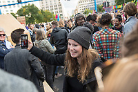 """Mehrere tausend Menschen blockierten am Montag den 7. Oktober 2019 in Berlin die Verkehrsknotenpunkte Grosser Stern und Potsdamer Platz. Sie folgten damit einem Aufruf der Bewegung """"Extinction Rebellion"""" (""""Aufstand gegen das Aussterben""""). Aktionen von Extinction Rebellion fanden an diesem Tag weltweit statt. Damit soll gegen die zu schwachen Aktivitaeten der Regierungen gegen den Klimawandel protestiert werden.<br /> Im Bild: Die Klimaaktivistin Luisa Neubauer von Fridays for Future bei der Blockade am Potsdamer Platz.<br /> 7.10.2019, Berlin<br /> Copyright: Christian-Ditsch.de<br /> [Inhaltsveraendernde Manipulation des Fotos nur nach ausdruecklicher Genehmigung des Fotografen. Vereinbarungen ueber Abtretung von Persoenlichkeitsrechten/Model Release der abgebildeten Person/Personen liegen nicht vor. NO MODEL RELEASE! Nur fuer Redaktionelle Zwecke. Don't publish without copyright Christian-Ditsch.de, Veroeffentlichung nur mit Fotografennennung, sowie gegen Honorar, MwSt. und Beleg. Konto: I N G - D i B a, IBAN DE58500105175400192269, BIC INGDDEFFXXX, Kontakt: post@christian-ditsch.de<br /> Bei der Bearbeitung der Dateiinformationen darf die Urheberkennzeichnung in den EXIF- und  IPTC-Daten nicht entfernt werden, diese sind in digitalen Medien nach §95c UrhG rechtlich geschuetzt. Der Urhebervermerk wird gemaess §13 UrhG verlangt.]"""